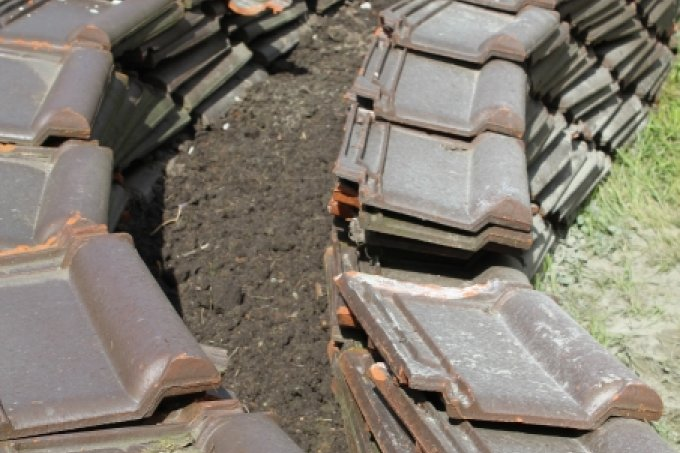 With a little skill and patience, you can build entire raised beds out of roof tiles - Image: NABU Bremen